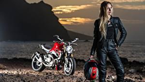 Обои Рассвет и закат Боке Шлем Блондинки Мотоциклист Девушки