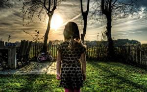 Фото Рассветы и закаты HDRI Ограда Трава Девочки Дети
