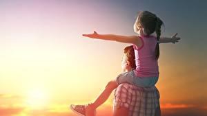 Обои Рассвет и закат Мужчина Девочки Руки Сидя Радость Дети