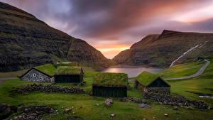 Обои Рассвет и закат Гора Камень Здания Траве Saksun, Faroe Islands Природа