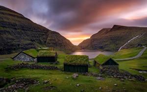Обои Рассвет и закат Гора Камень Здания Траве Saksun, Faroe Islands