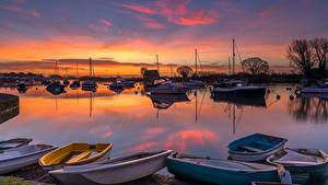 Обои для рабочего стола Рассветы и закаты Речка Лодки Англия River Avon, Dorset County Природа