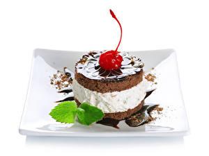 Фотография Сладости Пирожное Черешня Шоколад Белым фоном