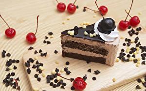 Картинка Сладости Торты Черешня Шоколад Орехи Разделочная доска Часть Пища