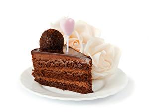 Картинка Сладости Торты Шоколад Розы Белый фон Кусок Шар Сердечко Продукты питания