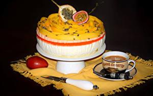 Картинки Сладкая еда Торты Кофе Фрукты Чашка На черном фоне Маракуйя