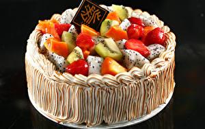 Фото Сладкая еда Торты Фрукты На черном фоне Пища