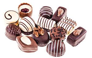 Фотография Сладкая еда Конфеты Шоколад Орехи Белым фоном Продукты питания