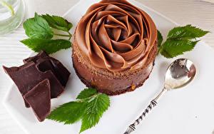 Фотографии Сладкая еда Шоколад Пирожное Дизайна Ложки Листья Пища