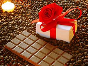 Фото Сладости Шоколад Кофе Розы Свечи Шоколадная плитка Подарков Зерна Бантик Пища