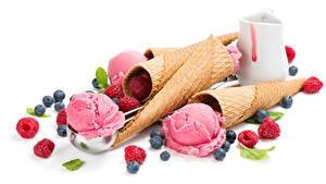 Фото Сладкая еда Мороженое Малина Черника Белом фоне Шар Вафельный рожок Еда