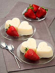 Фото Сладости Мороженое Клубника Тарелка Сердечко Пища