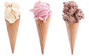 Картинка Сладкая еда Мороженое Белом фоне Трое 3 Вафельный рожок