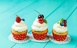 Фотография Сладкая еда Малина Черешня Капкейк кекс Цветной фон Втроем
