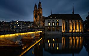 Обои для рабочего стола Швейцария Цюрих Дома Реки Мост Башни Ночью Отражении River Limmat, Bridge Münsterbrücke Города