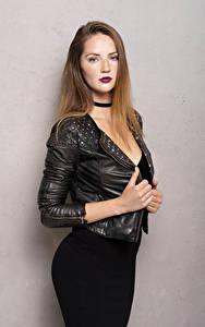 Картинки Поза Куртке Платье Рука Смотрит Sylvana молодая женщина