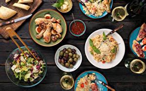 Фотография Сервировка Курица запеченная Хлеб Салаты Оливки Доски Кетчуп