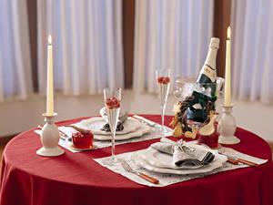 Фотография Скатерть Сервировка Свечи Пламя Шампанское Стол Тарелке Вилка столовая Бутылка Бокалы