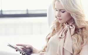 Обои для рабочего стола Планшет Блондинка молодая женщина