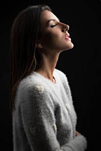 Обои На черном фоне Свитере Волос Шатенки Tamara девушка