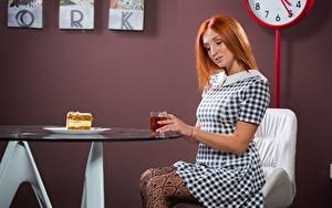 Картинка Чай Пирожное Стол Рыжая Сидящие Платье Завтрак Девушки