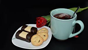 Обои Чай Тюльпаны Печенье Черный фон Кружка Тарелке Пища