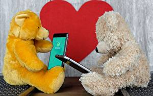Картинки Плюшевый мишка 2 Сидящие Смартфон Сердечко