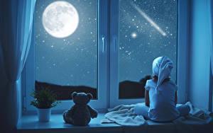 Фото Плюшевый мишка Окно Ночные Луна Девочки Сидящие Снег Ребёнок