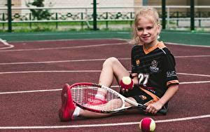 Фотография Теннис Мяч Девочка Улыбка Сидящие Униформа Спорт Дети