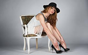 Обои Стулья Сидящие Платья Шляпа Ноги Туфель Взгляд Фотомодель Позирует Teresita молодая женщина