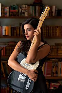 Картинки Модель Рука Гитара Tess Perrone Девушки