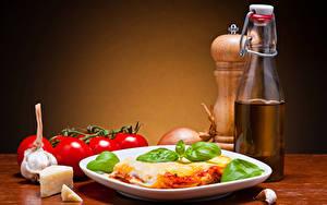 Обои Вторые блюда Сыры Помидоры Чеснок Тарелке Бутылки lasagna Еда