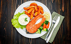 Фотографии Вторые блюда Рыба Картофель фри Овощи Ножик Лососи Доски Тарелке Вилки