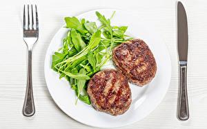 Обои Вторые блюда Нож Мясные продукты Овощи Котлеты Тарелке Вилка столовая