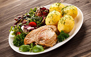 Фотографии Вторые блюда Картошка Мясные продукты Овощи Доски Тарелка Продукты питания