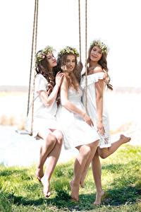 Фото Втроем Шатенка Качели Платье Ноги Красивые Девушки