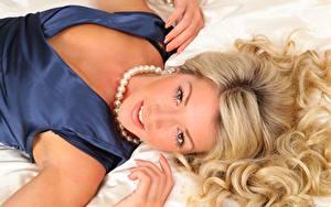 Фото Tillie Model Ожерельем Блондинки Волос Рука Лежа Смотрит