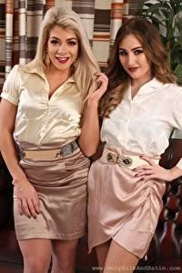 Фотографии Tillie Model Rachelle Summers 2 Блондинки Шатенки Смотрит Улыбается Рука Юбки девушка