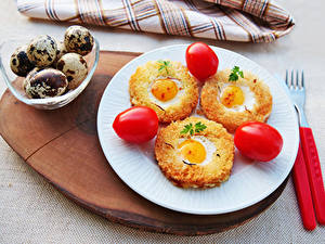 Картинки Томаты Хлеб Тарелка Яйца Яичница Втроем Пища