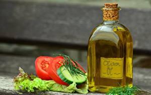 Фотография Томаты Огурцы Размытый фон Бутылка Масла Нарезанные продукты