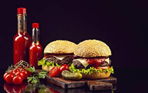 Обои для рабочего стола Помидоры Гамбургер Огурцы Булочки На черном фоне Бутылки Кетчуп Разделочная доска Пища