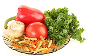 Фото Помидоры Грибы Перец овощной Овощи Белый фон Макароны Пища
