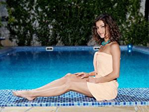 Фотографии Полотенце Плавательный бассейн Шатенки Руки Ног Сидящие Девушки