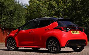 Фото Тойота Красная Металлик Yaris Hybrid UK-spec, 2020 авто