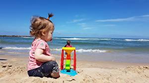 Картинка Игрушки Пляже Песка Девочки Сидя Дети