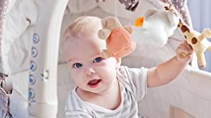 Фото Игрушки Младенца Смотрит Дети
