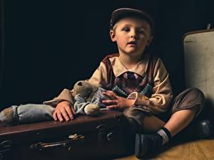 Обои для рабочего стола Игрушки Чемоданом Мальчишка Сидит Кепкой ребёнок