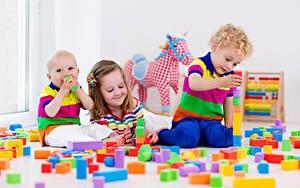 Картинки Игрушка Три Мальчишки Девочки Улыбается ребёнок