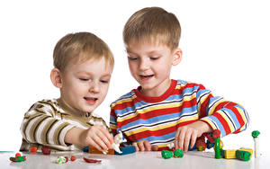 Фотографии Игрушки 2 Мальчики Руки Ребёнок
