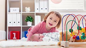 Фото Игрушка 2 Девочка Улыбается Грудной ребёнок Лежа ребёнок